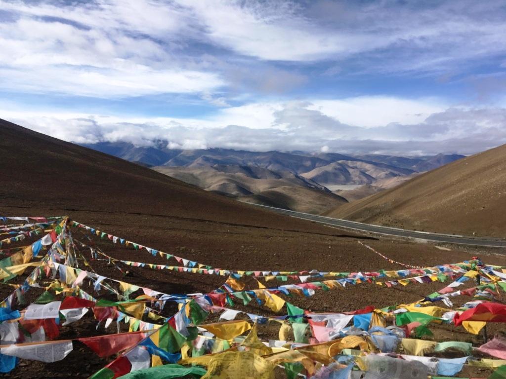 Himalaya in Tibet met gebedsvlaggen